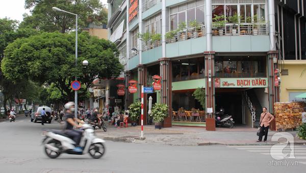 Quán kem Bạch Đằng ở ngã tư Lê Lợi Pastuer từ lâu đã trở thành một trong những địa điểm nổi tiếng nhất ở Sài Gòn, đặc biệt là đối với những người ở trung tâm thành phố và những người yêu thích món kem.