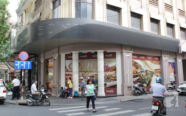 ột trong những quán cà phê nổi tiếng Sài Thành hồi ấy là quán Brodard nằm ở góc đường Nguyễn Thiệp - Đồng Khởi (tức đường Tự Do). Ngày ấy, Sài Gòn có 3 quán cà phê nổi tiếng sang trọng được thiết kế theo phong cách Châu Âu là Brodard, Givral và La Pagode. Brodard có phòng cà phê trên lầu ấm cúng và một quầy bar bên dưới. Ba quán trên một thời là trung tâm báo chí của Sài Gòn. Ở đó, những tên tuổi hàng đầu thế giới về báo chí đều từng có thời gian la cà, chờ đợi với những thông tin nóng bỏng nhất của chiến tranh Việt Nam. Ngoài cà phê thì quán Brodard còn bán rất nhiều loại bánh ngọt kiểu Âu Châu nức tiếng. Ngày nay, cả 3 quán trên đều đã không còn, trong đó, quán Brodard tồn tại lâu nhất, đến năm 2012.