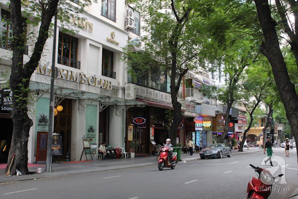 Trên đường Đồng Khởi (Tự Do) có một nhà hàng và vũ trường nổi tiếng một thời của Sài Gòn, mang tên Maxim. Nhà hàng được hình thành từ năm 1925, nằm bên cạnh khách sạn Majestic, là điểm đến của giới thượng lưu, các văn nghệ sĩ Sài Gòn trước kia. Ngày nay, nhà hàng, vũ trường này vẫn tồn tại và là một điểm đến giải trí quen thuộc.