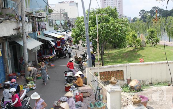 """Ngoài những khu chợ nổi tiếng, trở thành di tích lịch sử của thành phố như chợ Bến Thành, chợ Bình Tây, chợ Tân Định... thì Sài Gòn còn nhiều khu chợ khác, vẫn hoạt động cho đến ngày nay. Nằm bên dòng kênh Thị Nghè, khu chợ cùng tên vẫn nhộn nhịp từ sáng đến tối. Ngày nay, chợ Thị Nghè không còn lấn ra tận bờ kênh như trước để """"nhường chỗ"""" cho công viên dọc bờ kênh."""