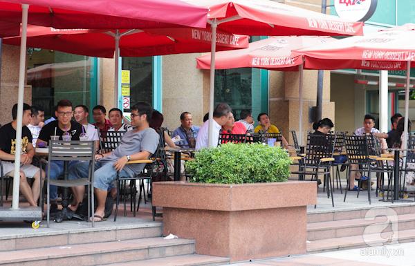 Theo nhà văn Sơn Nam tại Sài Gòn khoảng năm 1864, đã thấy xuất hiện hai tiệm cà phê do người Pháp làm chủ. Sau này, trong thời kì chiến tranh, các quán cà phê mọc lên như nấm sau mưa. Và cà phê dần hình thành một dòng chảy văn hóa, bạn tri âm, tri kỷ của bao lớp người Sài Gòn từ xưa đến nay. Từ các quán cà phê sang trọng ở khu trung tâm cho đến cà phê vỉa hè. Người Sài Gòn có thể ngồi hàng giờ đọc báo, nhìn ngắm phố phường, tán gẫu với bạn bè và nhâm nhi giọt cà phê.