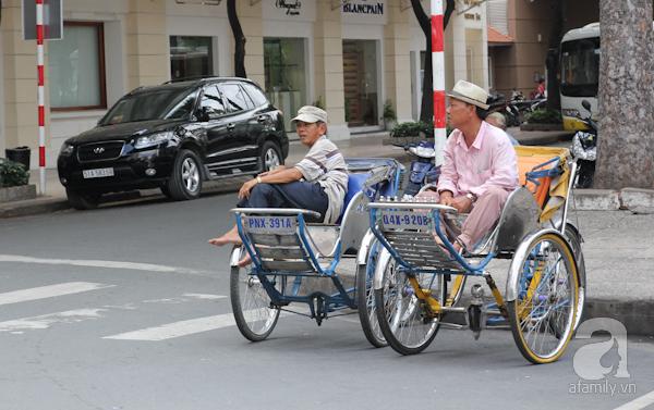 Xe xích lô chở khách trên phố Sài Gòn ngày ấy, hiện tại.