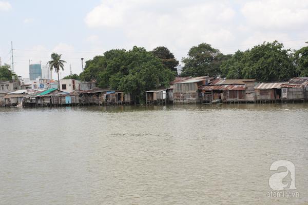Ngày xưa hay hiện tại thì Sài Gòn vẫn tồn tại những khu nhà ổ chuột, một mặt trái tất yếu của cuộc sống đô thị. Trước kia, bên dòng kênh Tàu Hủ là nơi tập trung của những người nghèo khổ, họ lập nên những mái nhà tạm bợ. Ngày nay, cũng trên dòng kênh này, đoạn ở quận 8 vẫn còn rất nhiều khu nhà ổ chuột.