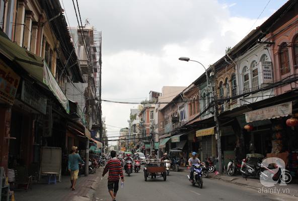 Từ lâu đời, Sài Gòn có một khu phố chuyên bán thuốc bắc và là nơi tập trung đông đúc cộng đồng người Hoa. Xưa kia, người Hoa đến khu vực quận 5, quận 6 ngày nay và hình thành nên chợ Lớn. Khu phố thuốc bắc ngày nay nằm trên các tuyến đường Hải Thượng Lãn Ông và Triệu Quang Phục. Trong ảnh là đường Triệu Quang Phục trước kia và bây giờ, với những căn nhà cổ bày bán thuốc bắc. Ngày nay, những bảng hiệu ngoài tiếng Hoa còn có kèm theo tiếng Việt.