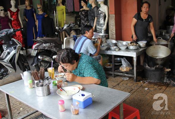 Chỉ cần 1-2 cái bàn, những quán ăn nhỏ ngay trong chợ, bán các loại bún, mì... đã rất phổ biến trong các khu chợ Sài Gòn.