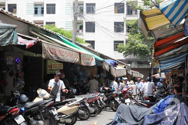Sài Gòn cũng có những khu chợ chuyên bán đồ cũ như chợ Nhật Tảo (Q.10). Chợ này ngày xưa thường bán các món đồ điện tử cũ, mới và bây giờ vẫn bán mặt hàng này.