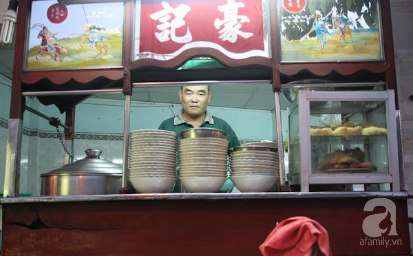 Những sạp bán thức ăn của người Hoa ở Sài Gòn với đặc trưng là các hoa văn, bức tranh về điển tích xưa... vẫn tồn tại và phát triển cho đến ngày nay.
