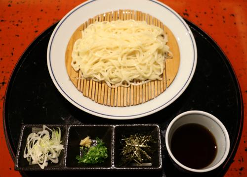 Inaniwa udon: loại mì đặc trưng với sợi mềm dai dùng kèm nước xốt của nước tương Nhật Bản cùng vị hăng và ngọt từ hành.
