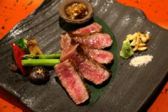 Bò A5 steak: Không phải bất kỳ miếng thịt bò của Nhật nào cũng giống nhau, mà tùy vào lớp dày vân mỡ, độ cứng, màu sắc và chất lượng tổng thể. Vì thế, nếu là tín đồ của món bò, bạn không thể bỏ qua bò A5 steak tại Kacyo. Đây là món ăn độc đáo, nhập khẩu trực tiếp tại vùng Kumamoto, Nhật Bản với thớ thịt mềm ngọt cùng màu sắc bắt mắt.