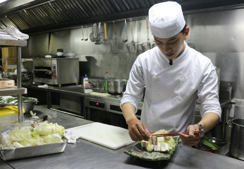 Anh Bạch Chơn Huy - bếp trưởng của nhà hàng cho biết tại Kacyo các nguồn nguyên liệu như bò, cá, hải sản được nhập trực tiếp từ Nhật Bản. Những món ăn tại đây chế biến đúng nguyên bản ở Nhật nhằm giúp thực khách thưởng thức trọn vẹn nét tinh túy trong ẩm thực của người Nhật.