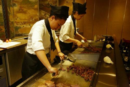 Nhà hàng Kacyo có đội ngũ đầu bếp chuyên nghiệp và khéo léo trong việc chế biến các món ăn hấp dẫn, đẹp mắt và tươi ngon.