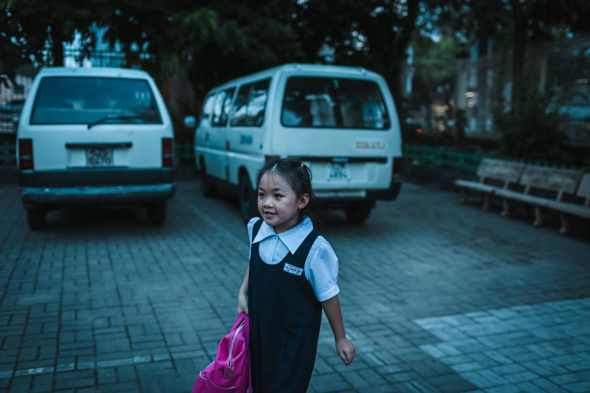 Không vào được nhà, cô bé Bảo Lâm được ông Thuyết chở về lại trường để chờ bố đến đón.