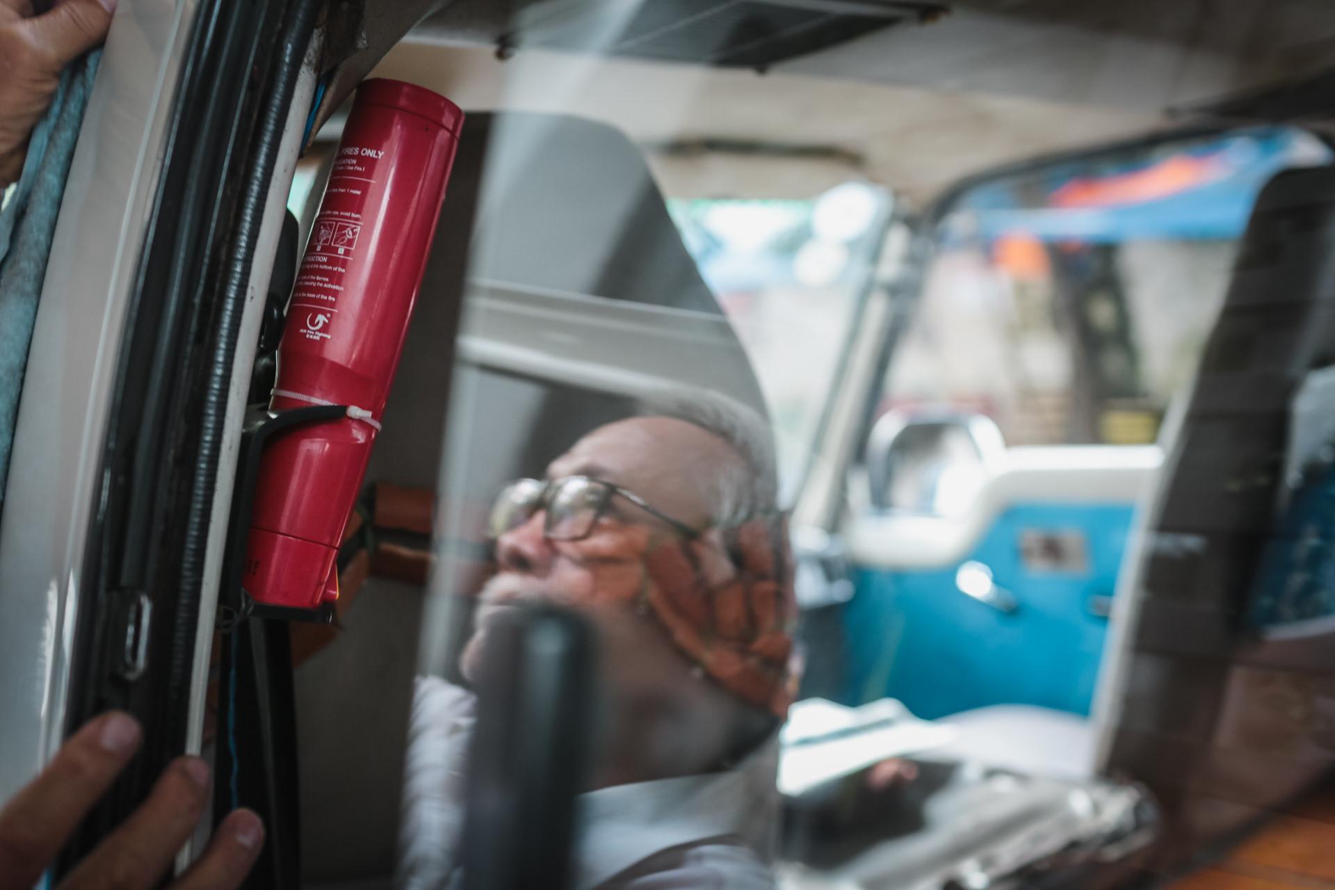 Bình chữa cháy luôn được ông Thuyết trang bị trên xe để đề phòng bất cứ trường hợp không may nào xảy ra. Bất cứ khi nào có thời gian rảnh, ông lại cầm giẻ lau chùi, giữ xe luôn sạch sẽ.