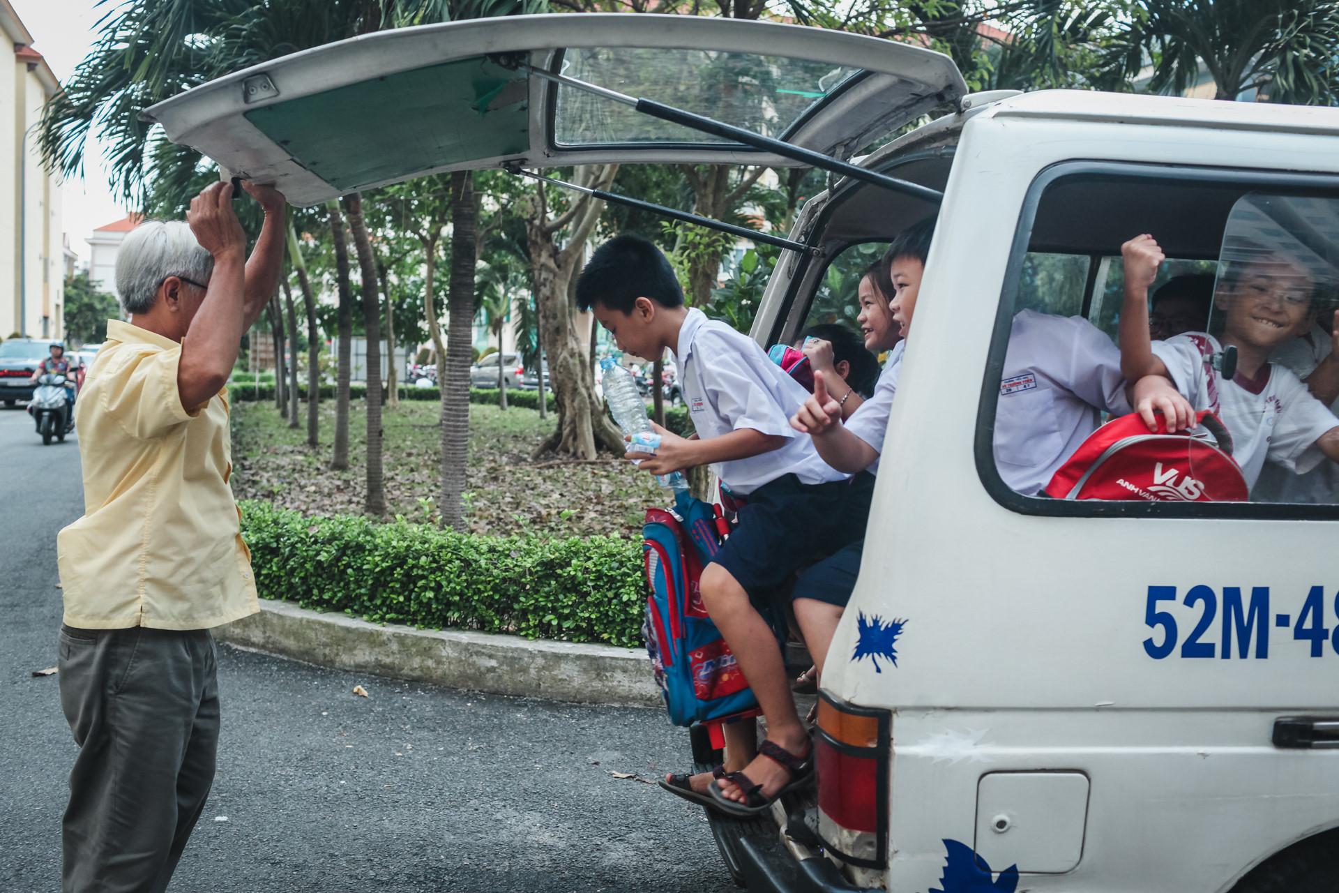 Khi dừng xe, ông Thuyết nhanh chân xuống mở cửa và cẩn thận bế từng em xuống vì sợ nó giỡn rồi té