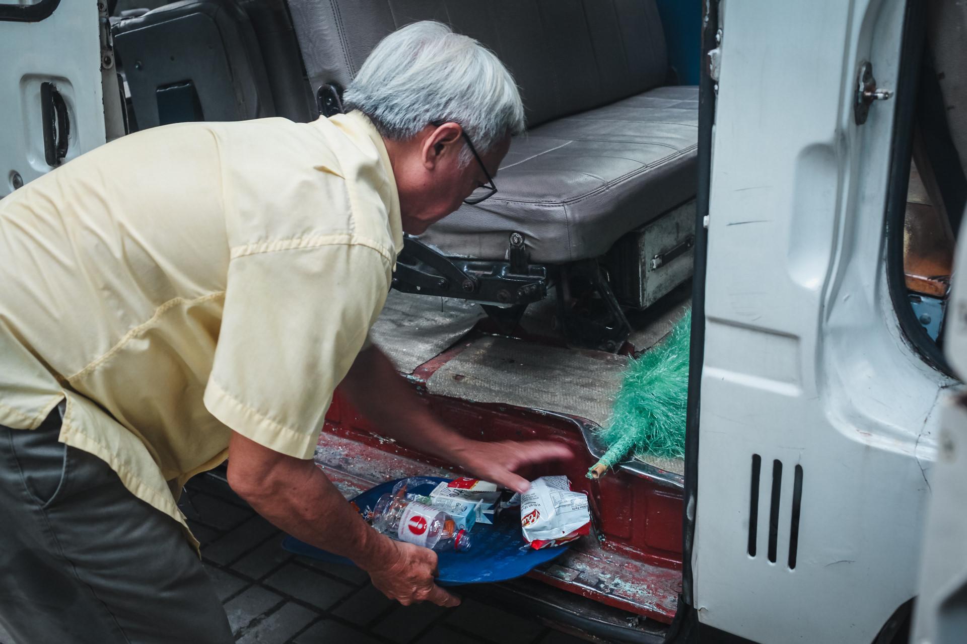 Buổi chiều, sau khi đã đưa các em về nhà, ông còn phải làm thêm một việc là dọn rác, vỏ bánh kẹo do các bé vứt lại trên xe. Mình dặn nó có ăn bánh kẹo thì vứt trên xe để mình dọn chứ không được vứt xuống đường , ông Thuyết tâm sự.