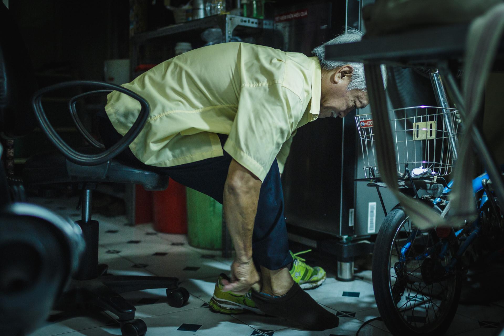 Mỗi ngày, ông thức dậy lúc 4h30 sáng, phụ vợ dọn hàng cơm tấm tại nhà, tập thể dục rồi mới đạp xe đến trường.