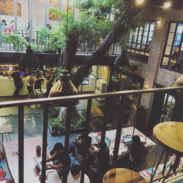 """Tầng trên là quán cà phê cho những ai tìm kiếm nơi nghỉ ngơi hoặc học tập, làm việc. Ngoài ra, thiết kế cũng khiến nơi đây trở thành địa điểm sống ảo """"chất phát ngất"""" - Ảnh: @MOONSUN29"""