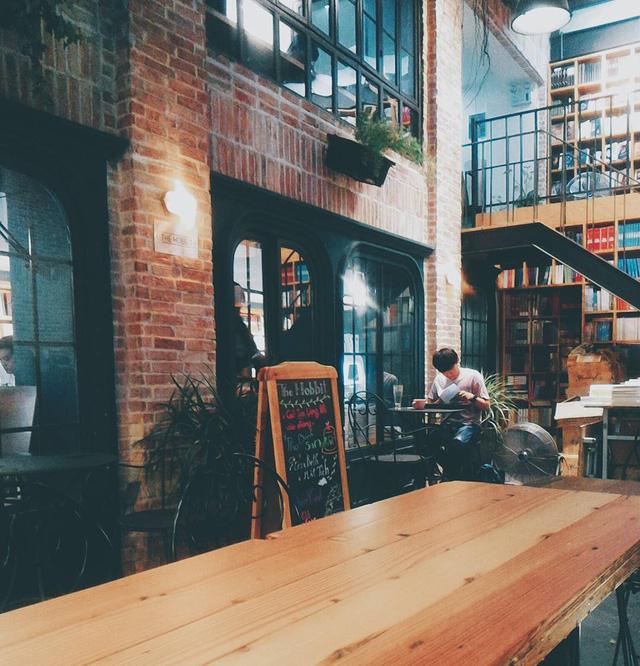 Mặc dù không phải là địa điểm đầu tiên mà Nhã Nam thực hiện mô hình kết hợp hiệu sách và quán cà phê, nhưng với kiến trúc và không gian vừa hiện đại trẻ trung, vừa cổ điển lãng mạn như Nhã Nam Book N' Coffee, đây chính là địa điểm lý tưởng cho các bạn trẻ - Ảnh: @WOLFIE_501