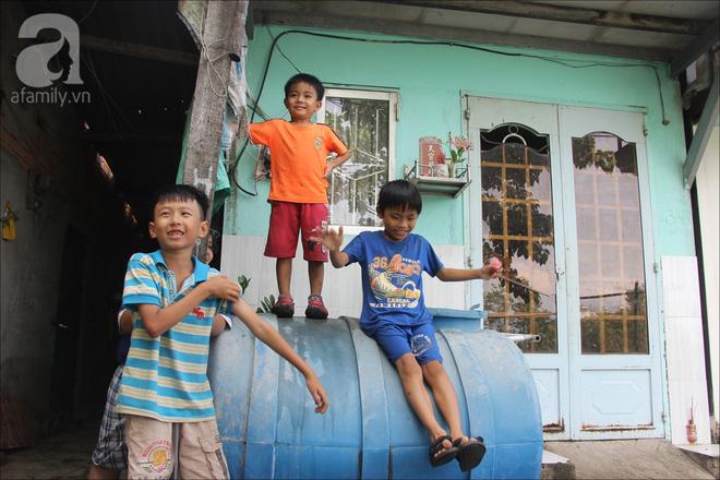 Những đứa trẻ trong xóm nhà lá hồn nhiên chơi đùa với nhau.