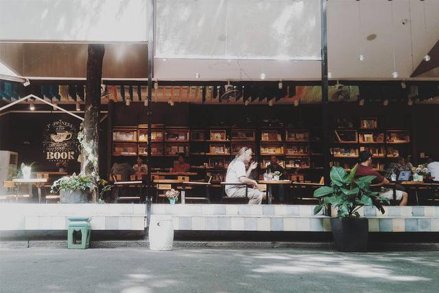 Đường sách Nguyễn Văn Bình được chia làm nhiều khu vực: quầy sách, quán cà phê, khu vực bán tạp chí, hàng lưu niệm. Ngoài ra còn có sân chơi cho trẻ em, khu triển lãm, khu mua bán trao đổi sách cũ - Ảnh: @CLOVECHAN