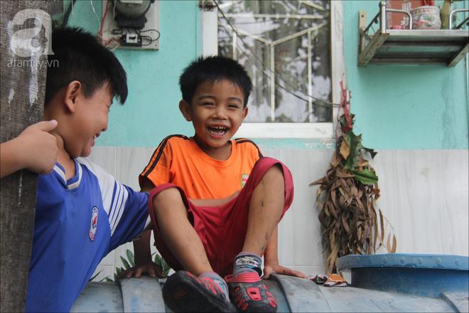 Những nụ cười hồn nhiên, vô tư lự của tụi nhóc khiến ta bất giác yêu đời hơn.