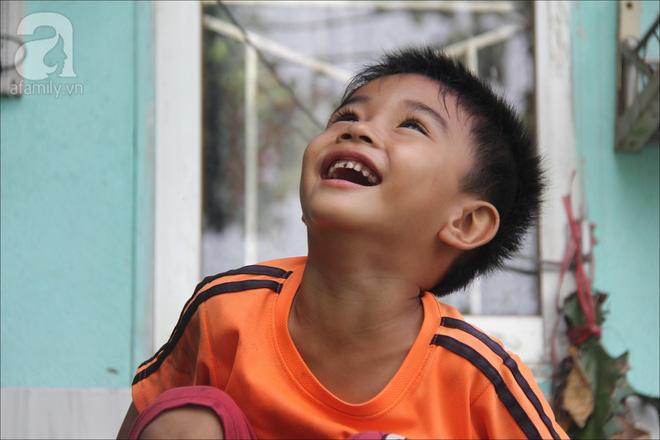 Ánh mắt hồn nhiên của đứa trẻ xóm nhà lá không được đến trường.
