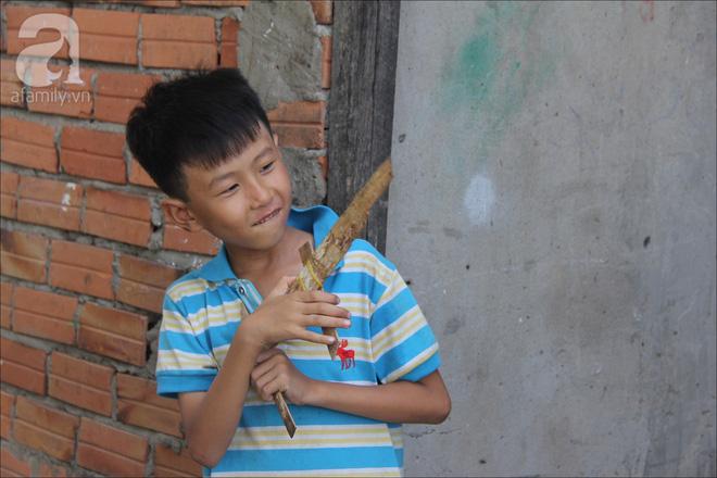 Tuổi thơ của những đứa trẻ xóm nhà lá gắn liền với những món đồ chơi như súng gỗ, bịt mắt trốn tìm.