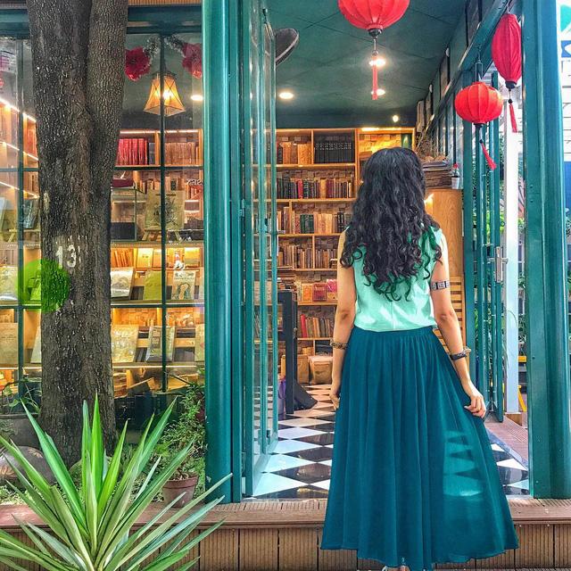 Không chỉ là một địa điểm đáp ứng văn hóa đọc của người Sài Gòn, thiết kế và không gian của đường sách cũng biến nơi đây trở thành địa điểm chụp ảnh ưa thích của giới trẻ. Dạo một vòng quanh Instagram hay Facebook, không khó bắt gặp các hình ảnh được chụp tại đây - Ảnh: @MISS.JETLAGGED