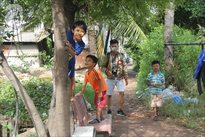 Tiếng cười đùa không ngớt của những đứa trẻ rộn ràng cả xóm.