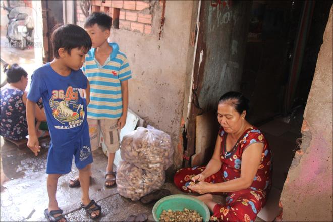 Số tiền ít ỏi thu được mỗi ngày chỉ đủ người dân trang trải cho cuộc sống cơm ngày ba bữa.