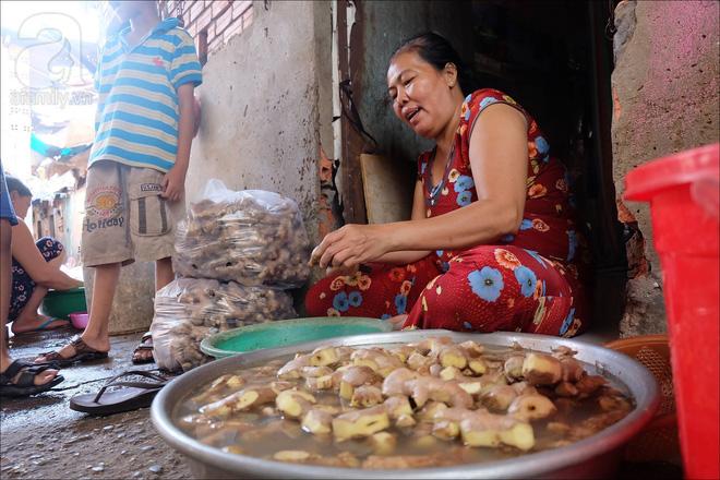 Chị Bảy làm công việc cạo vỏ gừng để nuôi sống gia đình.