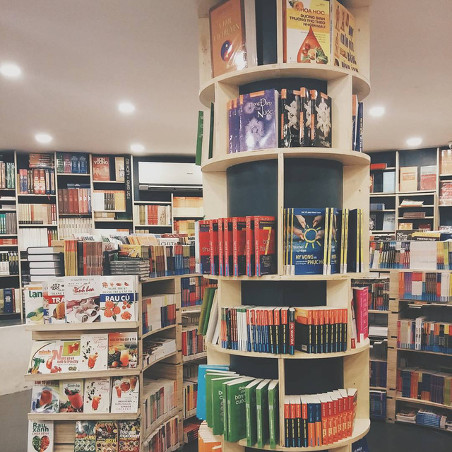 Không còn là những kệ gỗ thô cứng chất đầy sách, kệ sách của Cá Chép được thiết kế đầy màu sắc với nhiều kiểu dáng, hình hài độc đáo - Ảnh: @VINCENTTQV