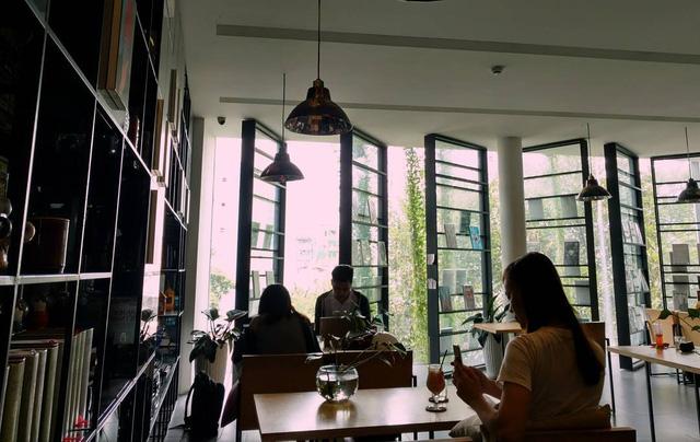 Nhà sách dành một tầng lầu riêng làm quán cà phê, phục vụ những người muốn có thời gian thưởng thức sách lâu hơn - Ảnh: @TONBINH.LUONG