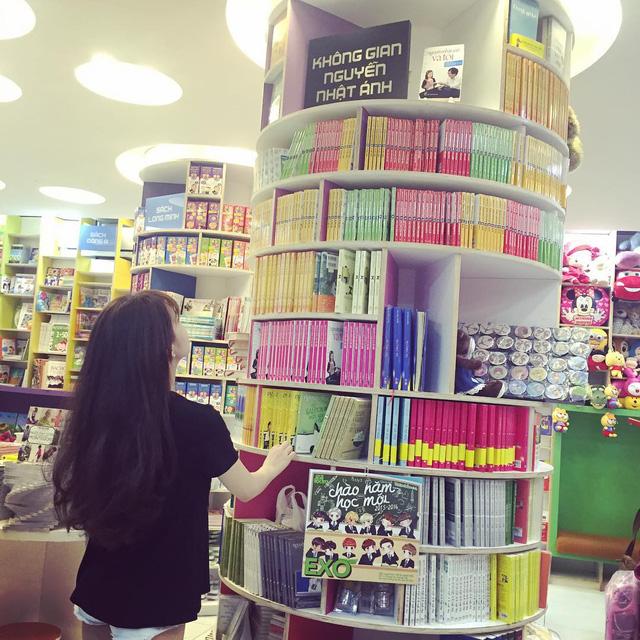 """Hiện tại nhà sách Cá Chép cũng đã mở thêm một số chi nhánh, tuy nhiên cửa hàng đầu tiên trên đường Võ Văn Tần vẫn là một địa điểm ưa thích cho các bạn trẻ yêu sách, hoặc đơn giản muốn tìm kiếm một không gian """"sống ảo"""" - Ảnh: @XUNIEE"""