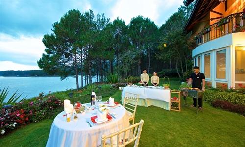 Các biệt thự thường có bữa ăn ngoài trời, BBQ tối bên hồ cho du khách đặt để thưởng thức