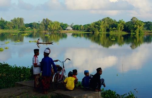 Cảnh quan và cuộc sống của người Chăm ở Búng Bình Thiên mang vẻ đẹp yên bình. Ảnh: Nguyễn Chí Nam.