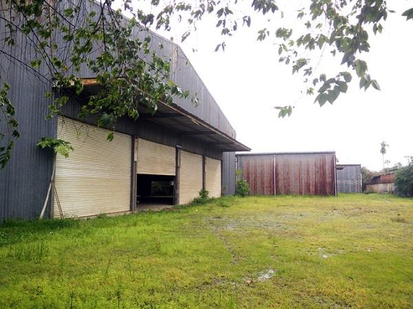Khu nhà của một công ty may nằm ở huyện Bình Chánh (TP HCM) không được khai thác sử dụng trong một thời gian dài. Xưởng kín như bưng, cỏ dại mọc xung quanh.