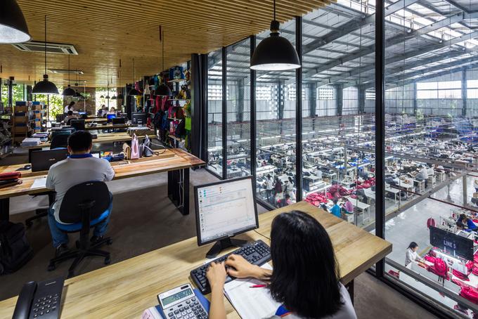 Tầng một có xưởng may, phòng triển lãm, lễ tân, phòng thiết kế... Tầng 2 là khu văn phòng, phòng họp, khối quản lý... sử dụng vách kính trong suốt.