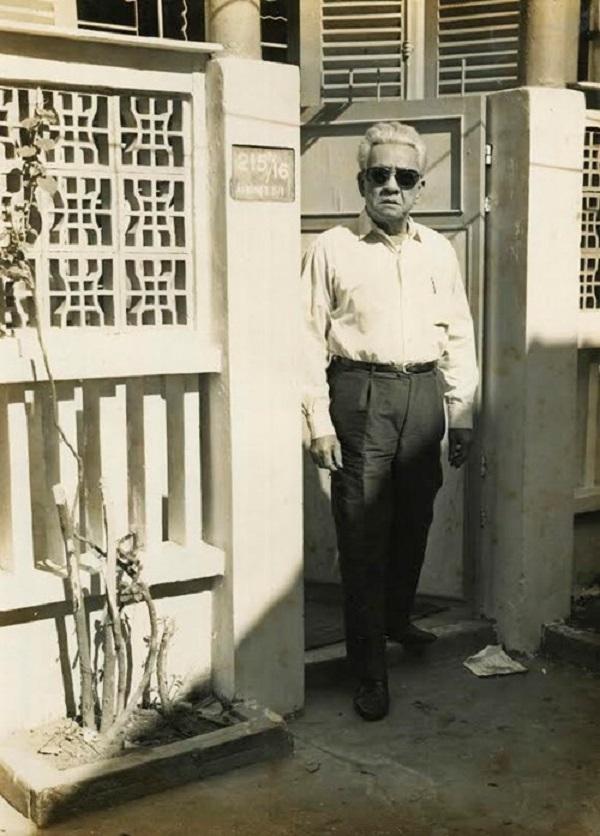 Nghệ sĩ Năm Châu trước ngôi nhà của mình