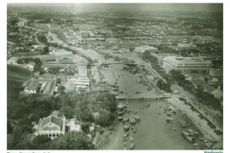 Vùng đất Khánh Hội xưa tức Quận 4 ngày nay được tạo bởi ba mặt sông là: sông Sài Gòn (dài 2.300 m) về phía Đông bắc, tiếp giáp Quận 2; kênh Bến Nghé (dài 3.250 m) về phía Tây bắc, tiếp giáp Quận 5; kênh Tẻ (dài 4.400 m), tiếp giáp Quận 7.