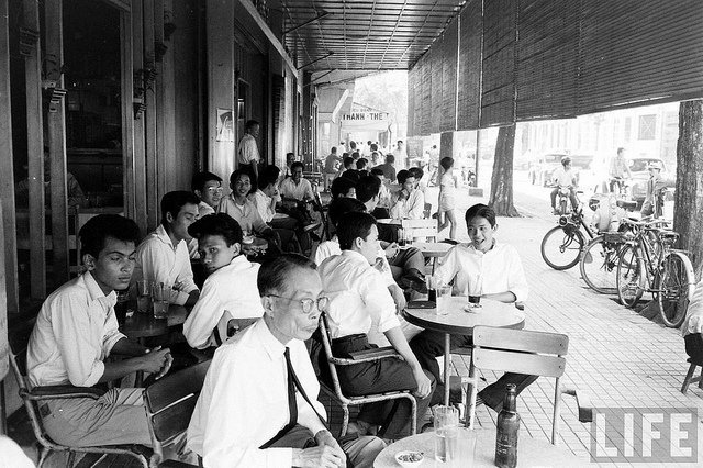 Một quán cà phê trên đại lộ Lê Lợi năm 1961- Ảnh: LIFE