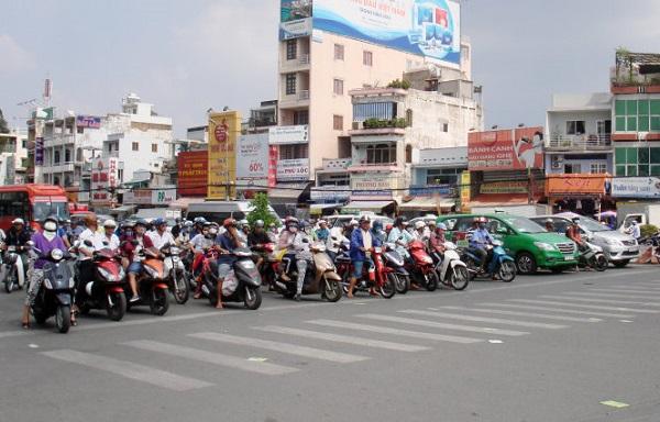 12g trưa 12-12, khu vực ngã tư Hàng Xanh nắng chang chang, các hàng xe vẫn đậu xe ngay ngắn ngay vạch đèn đỏ - Ảnh: M.C