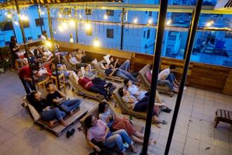 Rạp chiếu phim công cộng ngoài trời Hừng Hoa nằm trên đường Hòa Hưng, quận 10 được nhiều bạn trẻ biết tới vì sự độc đáo.