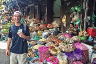 Drew ghé thăm một khu chợ tại Hà Nội. Ảnh: Drew Binsky.