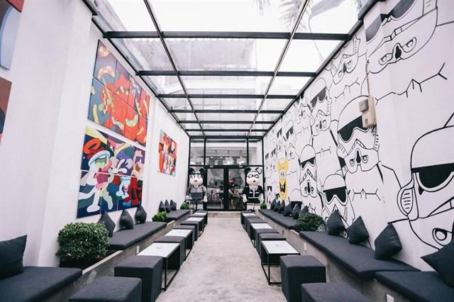 """Với không gian """"phóng khoáng"""" và cách trang trí cực kì ấn tượng, lạ mắt theo phong cách viện bảo tàng BearBick chắc chắc The Museum Cafe sẽ mang đến cho bạn cảm giác thích thú và bất ngờ."""