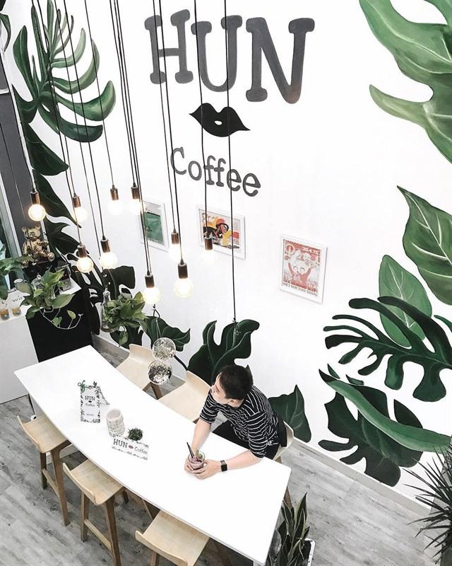 Hun Coffee hoàn toàn được phủ màu xanh mát mắt tràn ngập cây xanh thiên nhiên mang đến không gian dễ chịu, thoải mái