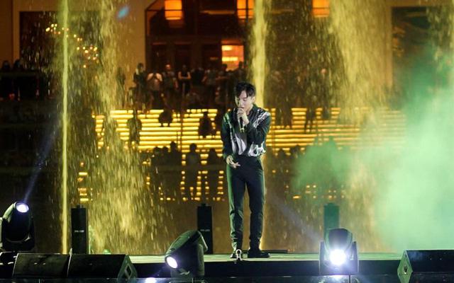 Sơn Tùng M-TP biểu diễn tại Đài nhạc nước Hồ Tràm