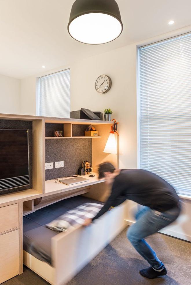 Bên dưới bàn có một chiếc giường kéo ra, nằm dưới một hộc tủ nhỏ khá tiện ích và đa năng.