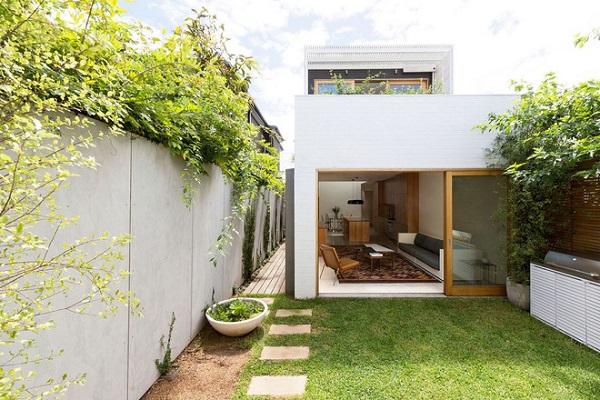 Ngôi nhà có mảnh vườn nhỏ phía trước xanh tươi tốt nhờ chủ nhân trang hoàng lại và trồng thêm những thảm cỏ dày.