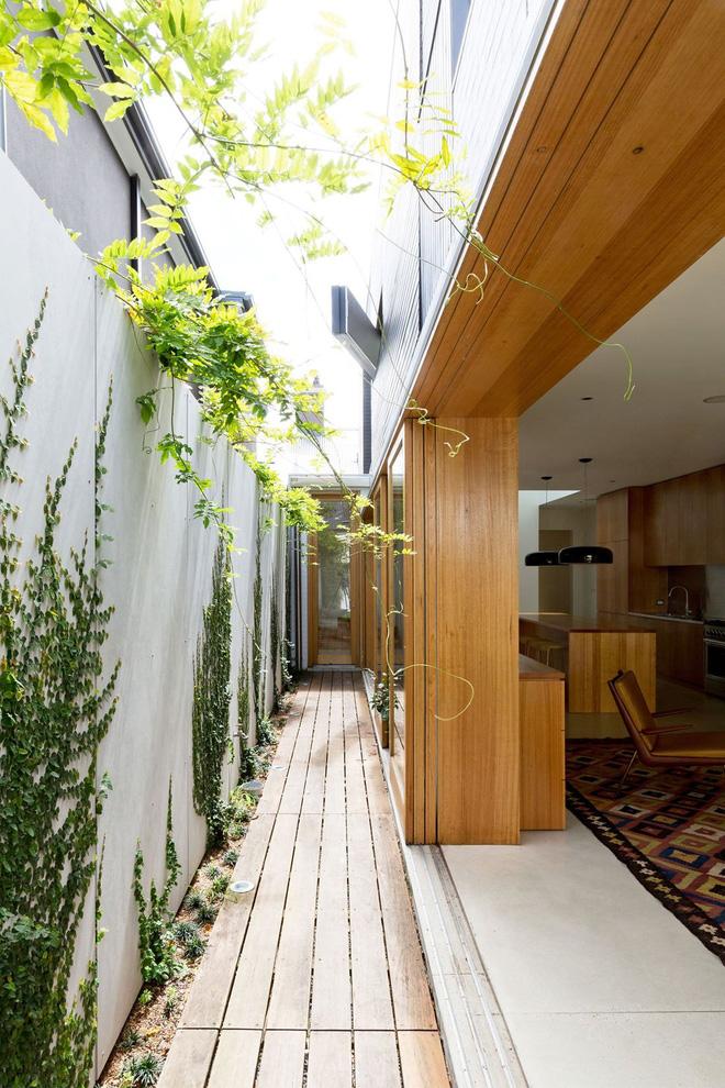 Thay vì những bức tường lớn bằng gỗ dày như kiến trúc cũ, chủ nhân ngôi nhà đã thay đổi để tạo không gian mở như thế này, tạo cảm giác rộng lớn hơn cho không gian bên trong của ngôi nhà.